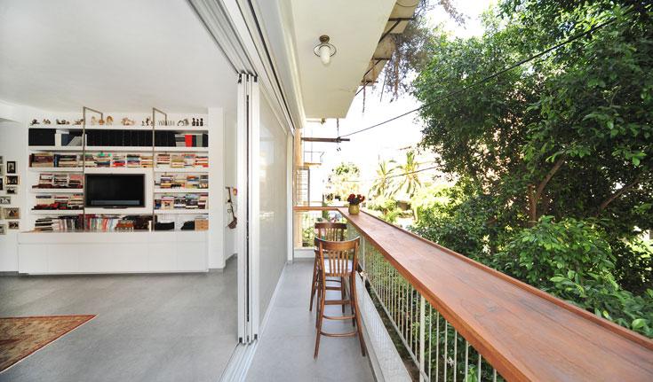 המרפסת צרה וארוכה, ולכן נבנה בה בר עם כסאות גבוהים מול העצים (צילום: עמרי אמסלם)