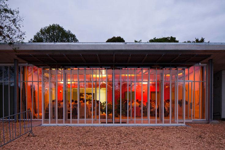כל שרואים מבחוץ הוא החזית של קירות הזכוכית. גדולת התכנון של פיאנו, שניסה לראות מבלי להיראות (צילום: ph. Michel Denance)