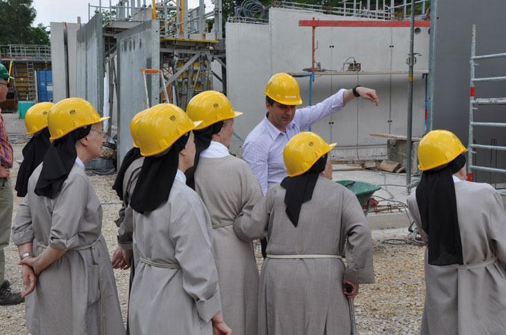 הלקוחות באתר הבנייה: הנזירות מתעדכנות על התקדמות הפרויקט (צילום: Renzo Piano Building Workshop)