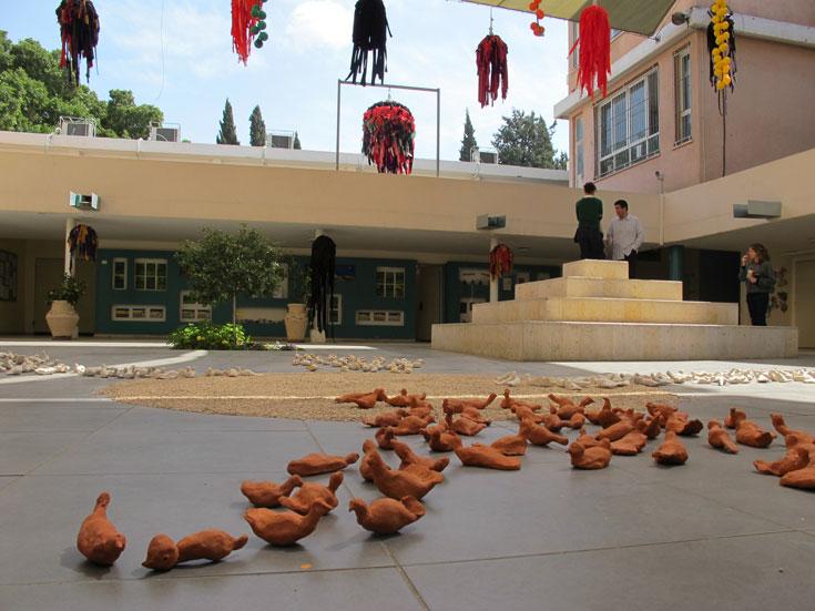 חצר בית הספר מכילה שטחי תצוגה לעבודות של התלמידים, ומדובר בעבודות מרשימות (צילום: מיכאל יעקובסון)