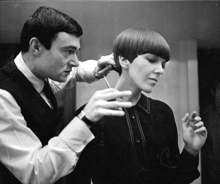 וידאל ששון מספר את מעצבת האופנה מרי קוואנט, 1964. אחד ממעצבי השיער המהפכניים של המאה ה-20  (צילום: gettyimages)
