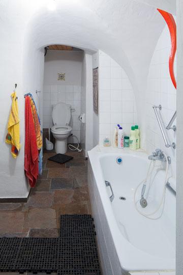 חדר האמבטיה המאולתר שבן חורין אירגן (צילום: טל נסים)