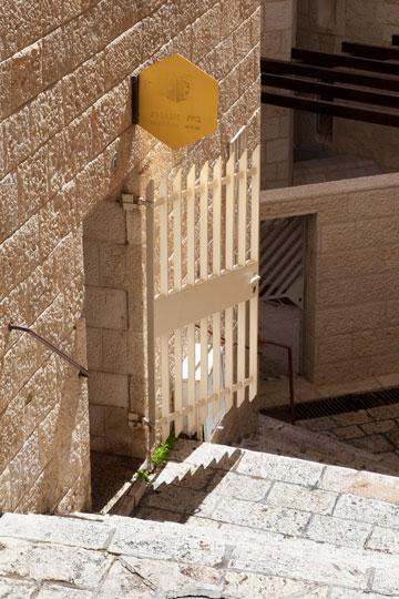סמטה תלולה מובילה לכניסה (צילום: טל נסים)