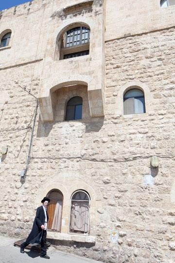 כאן, מול משפחת זיבנברג, התגורר יגאל אלון. אדריכל: אליעזר פרנקל (צילום: טל נסים)