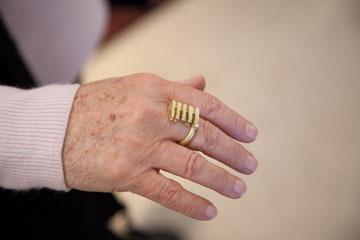 מרים זיבנברג עונדת העתק של טבעת-מפתח שנמצאה כאן (נראית בסוף הכתבה) (צילום: טל נסים)