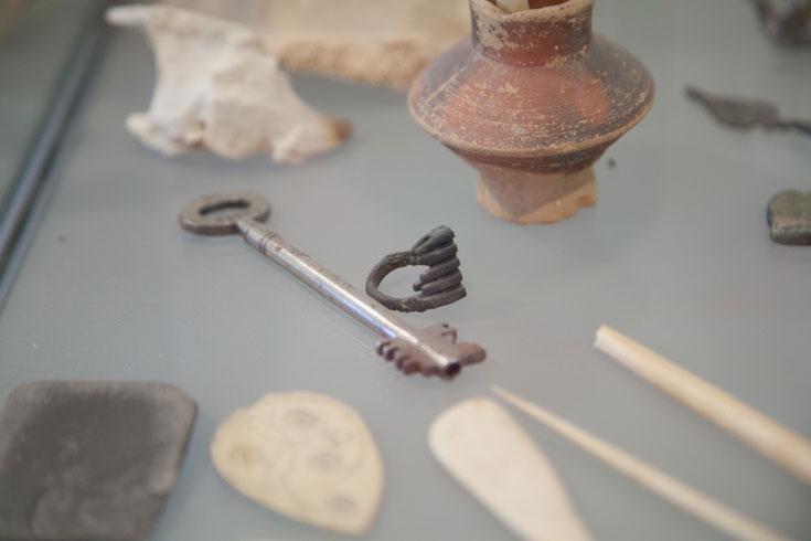 הטבעת-מפתח שנמצאה כאן, יחד עם כמה מהפריטים שמוצגים בפני המבקרים בבית זיבנברג (צילום: טל נסים)