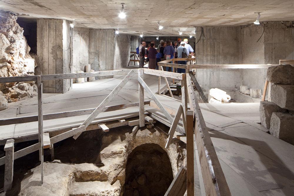 תיאו זיבנברג התעקש לחפור מתחת לביתו החדש, כדי לגלות את ההיסטוריה שטמונה כאן. המאמץ ההנדסי היה לא מבוטל: קירות תמך לאורך הרחוב כולו (צילום: טל נסים)