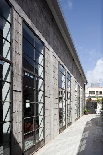 שוחזרה חזית הלבנים הייחודיות וחלונות הברזל חולקו למלבנים, בסגנון שמזכיר מבנים תעשייתיים באירופה  (צילום: עמית גרון)