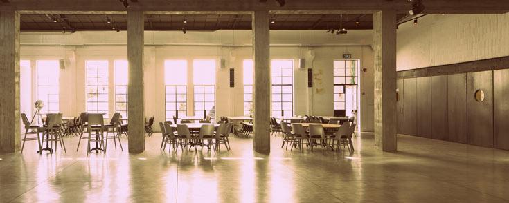 האדריכלים ידועים בקו המינימליסטי שלהם ובחיבתם לחומרי גלם חשופים, שהתאימה לרצונם לשמור על המראה התעשייתי של המבנה (צילום: עמית גרון)