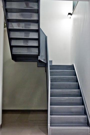 הדירה הדו-מפלסית שתיכננו קוניאק וגבעוני בתל אביב. שימוש בחומרים פשוטים (צילום: סזר מנדלבאום)