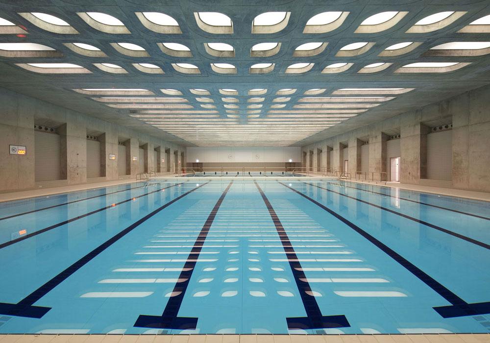 כדי שהמבנה לא יהפוך לפיל לבן, שני אגפי הטריבונות יפורקו אחרי האולימפיאדה והמבנה יקטן משמעותית - בדרכו להפוך למרכז שחייה עירוני (באדיבות Zaha Hadid Architects)