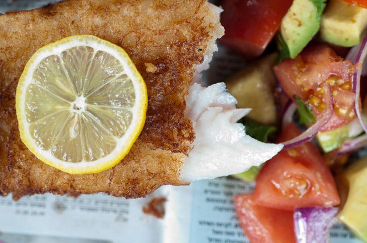 דג סול בציפוי פריך מאוד עם סלט אבוקדו . במקום פיש אנד צ'יפס רגיל (צילום: דן חיימוביץ')