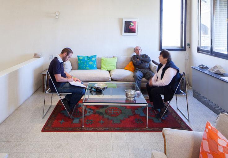 מרים זיבנברג עם אחד השכנים, האדריכל מוטי בן חורין (במרכז), והכותב (משמאל) (צילום: טל נסים)