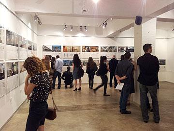 פתיחת התערוכה. מעמד הצעירים זקוק לשינוי מיידי (צילום: ערן טמיר טאוויל)