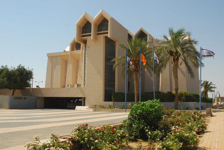 בית ''יד לבנים'' בבאר שבע הוא אחד הבולטים לטובה בבירת הנגב. גם הוא משמש, מלבד הנצחה וזיכרון, כמרכז תרבות ופעילות לציבור הרחב