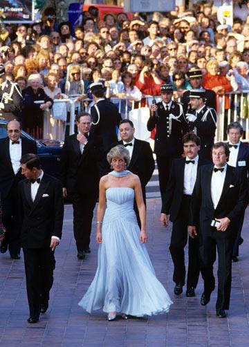 הנסיכה דיאנה. השמלה נמכרה אחר כך במכירה פומבית תמורת 276 אלף דולר (צילום: rex/asap creative)