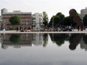 כיכר הבימה בת''א. חשופה כל היום (צילום: אריאלה אפללו)