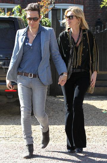 קייט מוס וג'יימי הינס. חינניים בלי להתאמץ (צילום: rex / asap creative)