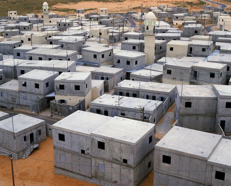 זאת צפיפות של מחנה פליטים, אך הבתים חדשים בהרבה. לכאן נכנסים באש (צילום: אמיר יציב)