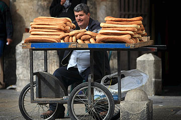 גם אתם יכולים. מוכר בייגלה בירושלים (צילום: אלכס קולמויסקי)
