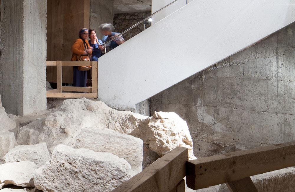 המבקרים בבית, בהדרכתה של מרים זיבנברג, צועדים על רצפת עץ ארעית וחורקת. לא רק ממצאים ארכיאולוגיים, כי אם נשק וחפצים אחרים ממלחמת השחרור (צילום: טל נסים)