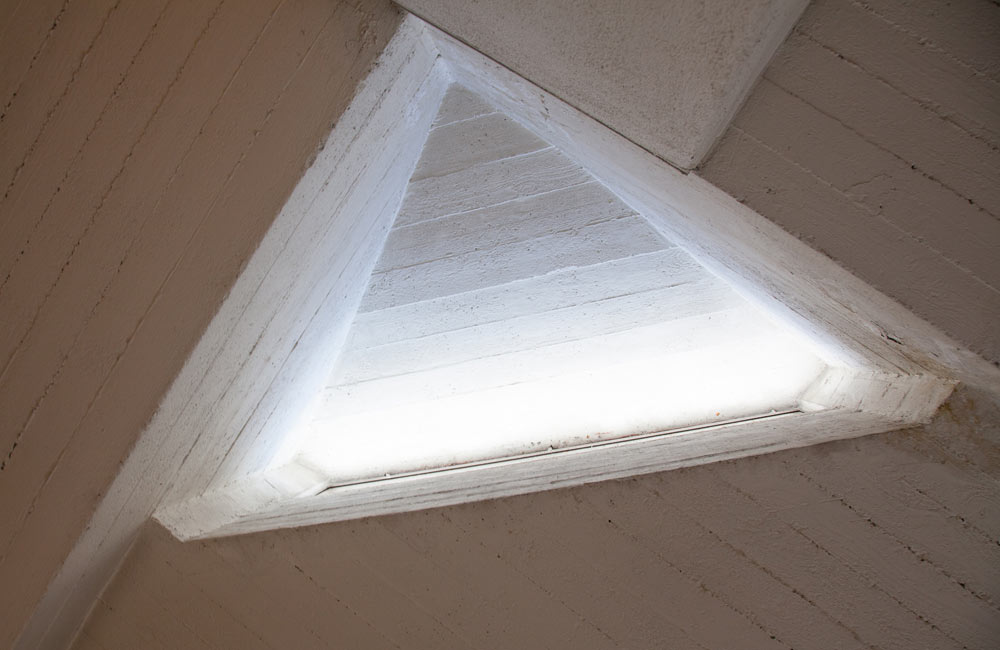 אחד הפתחים שנקרעו בתקרה בידי האדריכלים המתכננים, ומחדירים אור יום טבעי אל חלל הבית (צילום: טל נסים)