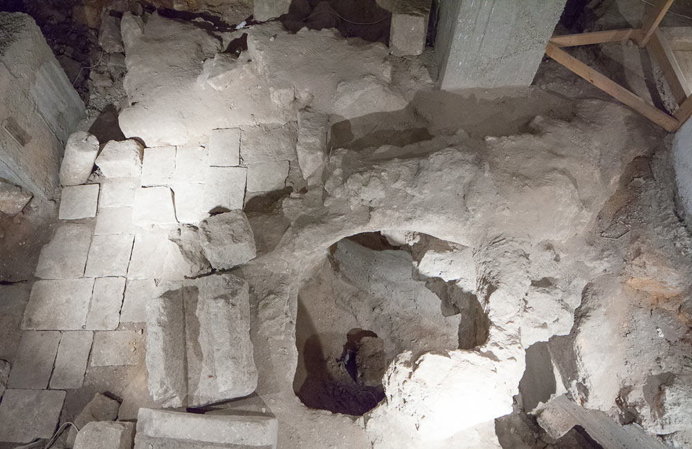 סלע קיומנו: האתר הארכיאולוגי שפתוח למבקרים נוגע בשכבת הסלע המקורית של ההר, וכאן התגלו ממצאים מתקופת בית ראשון ושני (צילום: טל נסים)