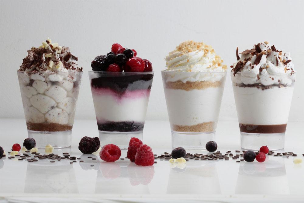 עוגות גבינה בכוס עם תוספות שונות. מימין: שוקולד, ביסקוויטים, פירות וקפה (צילום: תומר יקותיאל)