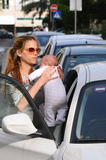 סופר-אמא. עם הבת הטריה, אן (צילום: ברק פכטר)