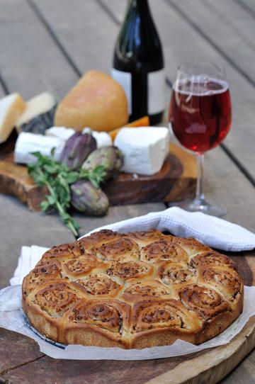 חגיגי. מאפה שושנים עם פסטו וגבינת פטה  (צילום: יפית בשבקין)