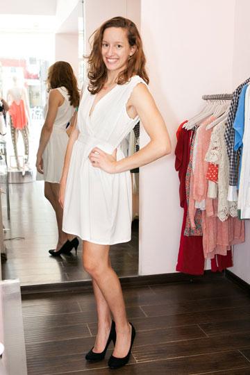 אליז. השמלה הלבנה יכולה להתאים לערב ריקודים ארוך (צילום: ענבל מרמרי)