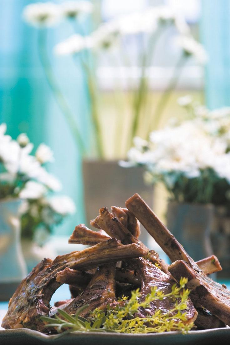 צלעות טלה בבצל ועשבי תיבול (צילום: רן גולני, סגנון: דריה קרגולה)