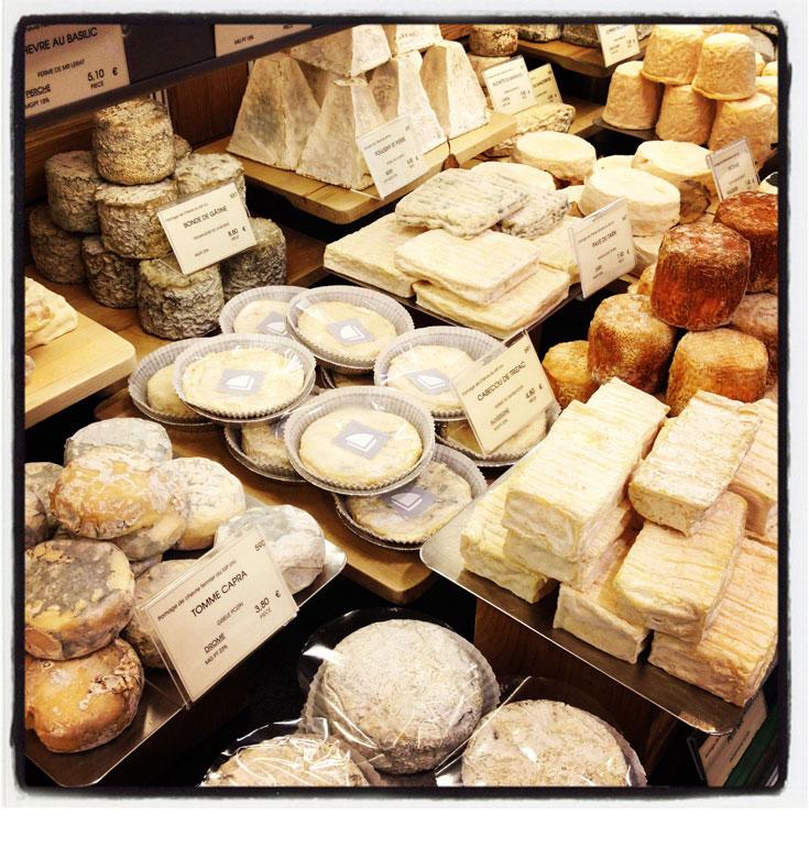 בעונה תמצאו כאן גם גבינה עם כמהין. תצוגה בחנות של דובואה (צילום: שרון היינריך)