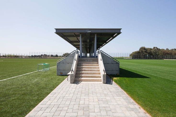 יש כאן שני מגרשי אימונים: אחד עם דשא סינתטי, שני עם דשא אמיתי, וביניהם טריבונה עם 50 מושבים (צילום: אביעד בר נס)