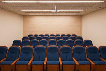 חדר התדריכים בבית הנבחרות (צילום: אביעד בר נס)