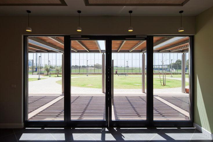 האדריכל מודע לכך שבניינים מתבלים מהר. כאן, הוא מאמין, הבניין יישמר: ''אנשים מצוינים מנהלים את המקום'' (צילום: אביעד בר נס)