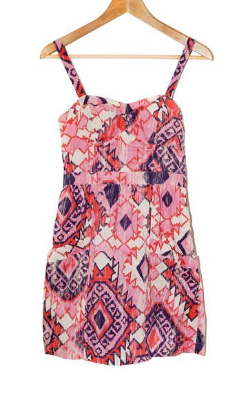 שמלה בדוגמת איקט של אמריקן איגל. ''מאוד סקסית ומאוד נוחה על הגוף'' (צילום: ענבל מרמרי)