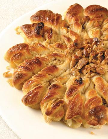 עוגת שמרים עם גבינה ואגוזי מלך (צילום: קדם צלמים)