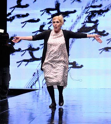 טובהל'ה עולה המסלול בסיום התצוגה שלה. ''אני אוהבת אופנה כמו את הילדות שלי'' (צילום: ערן סלם)
