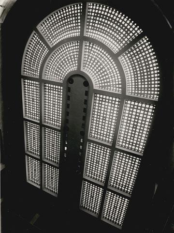 פאר היצירה. תקרת שוק תלפיות, השנה היא 1940 (צילום: ז. לונהיים, מתוך אוסף ארכיון העיר חיפה)