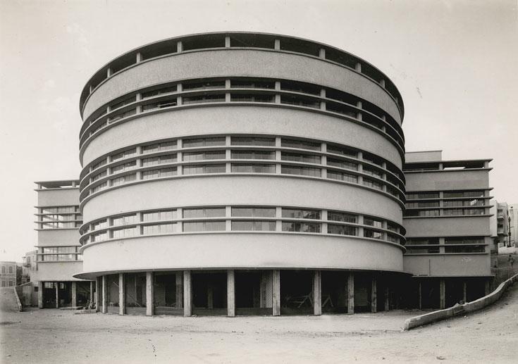 והנה שוק תלפיות בחיפה, כפי שהוא נראה ב-1940. מופת ארכיטקטוני שסובל מהזנחה פושעת, כמו מבנים נוספים בחיפה (צילום: ז. לונהיים, מתוך אוסף ארכיון העיר חיפה)
