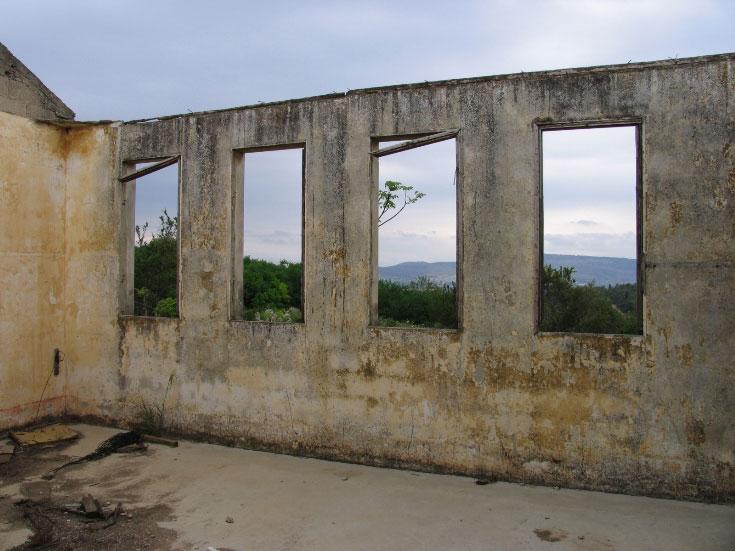 מבנה בית הספר הראשון והנטוש, ציפורי הישנה (צילום: שרון רז)