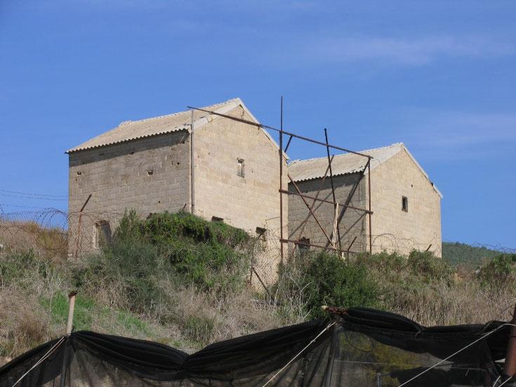 מבנים (איחסון חקלאי כנראה), ראש הניקרה (צילום: שרון רז)