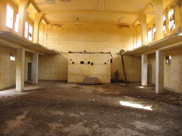 קולנוע אוריון הנטוש שנבנה בתקופת הבריטים, כרכור  (צילום: שרון רז)