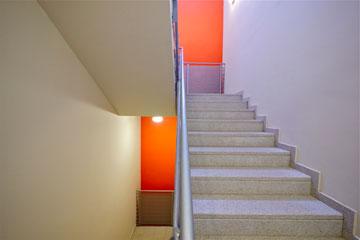 גרם מדרגות במשכן לאמנויות הבמה באשדוד (צילום: איתי סיקולסקי)