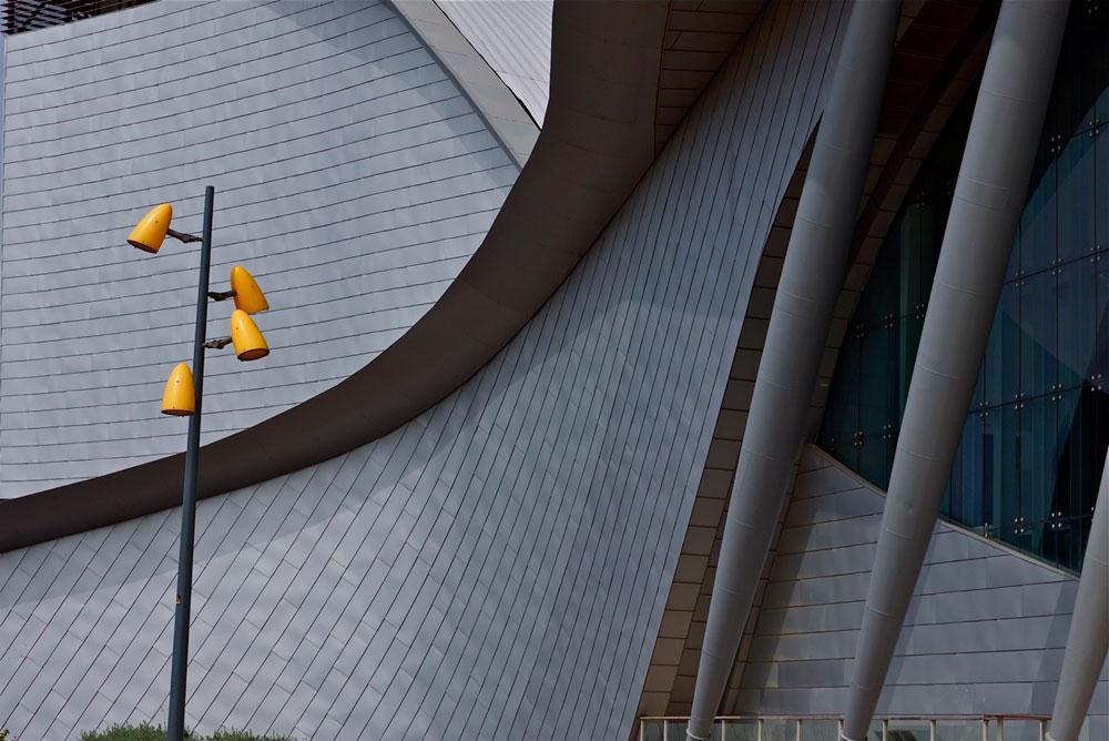המשכן בנוי מבטון בשילוב קונסטרוקציות פלדה חשופות של עמודים וקורות משולבות בחלל הכניסה (צילום: איתי סיקולסקי)