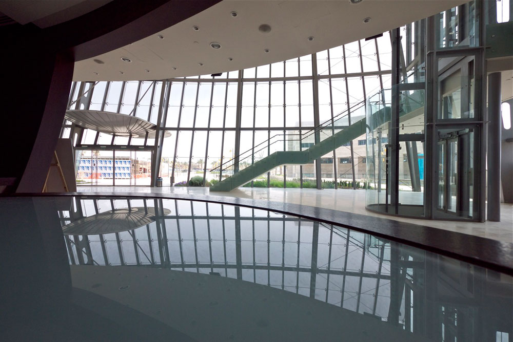 חלל הכניסה מאפשר קיום אירועי תרבות נוספים בהיכל, כמו תצוגות אופנה ומופעי משחק ומוזיקה (צילום: איתי סיקולסקי)