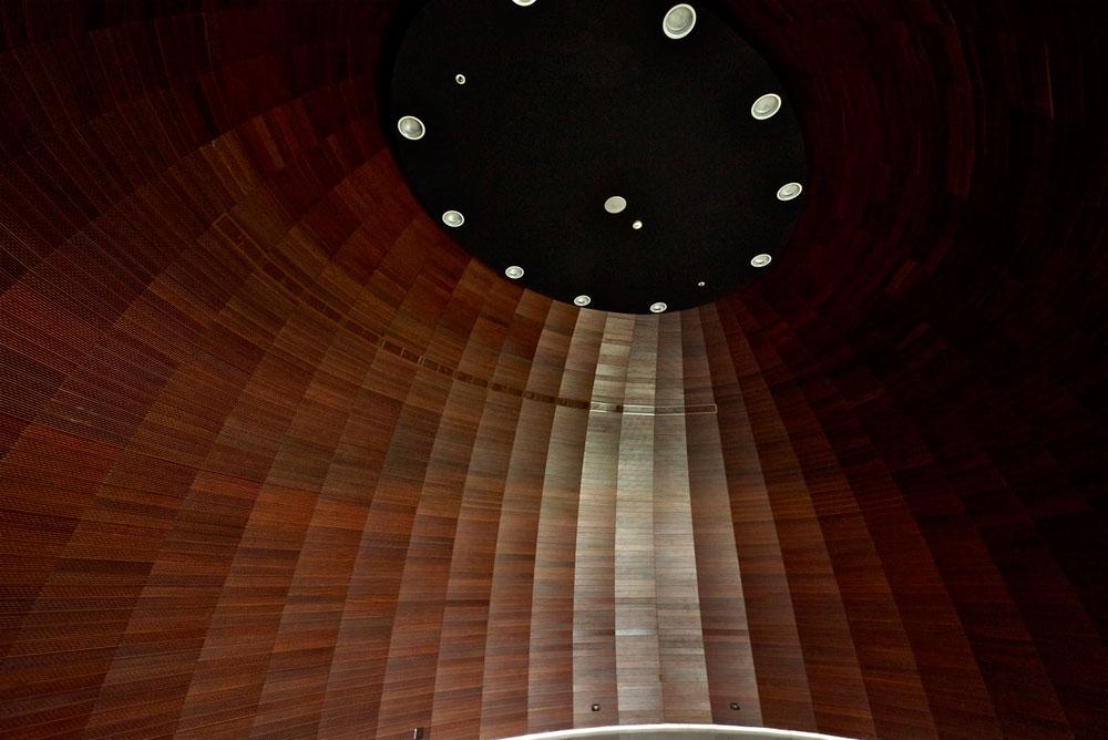 הצד השני של המבואה, מאחורי כדור העץ: הכניסה לאולם המופעים (צילום: איתי סיקולסקי)