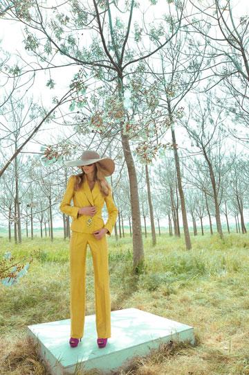 חליפת משי פראי בקולקציית הקיץ של אליאן סטולרו (צילום: איתן טל)
