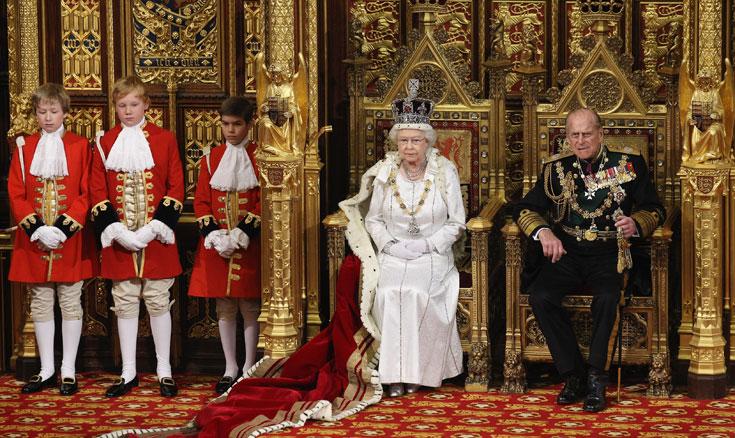 מלכת אנגליה אליזבת השנייה, עם הנסיך פיליפ. מציינת 60 שנה להכתרתה וסופגת ביקורת על החשיבות המופרזת המוענקת לבית המלוכה במאה ה-21 (צילום: gettyimages)